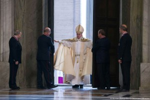 1449601363_151208-pope-opens-holy-door-yh-0754a_43fa41ac7bb23b3746253842164bf4c7.nbcnews-ux-2880-1000